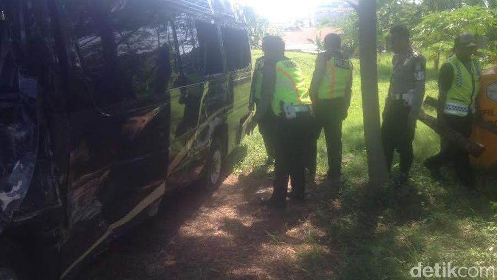 Mobil Rombongan Pengantar Jamaah Umroh Terguling di Tol Waru-Juanda