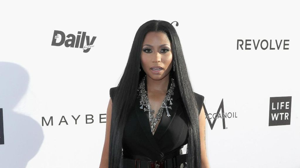 Rambut Panjang Nicki Minaj Hingga Kaki, Cantik atau Seram?