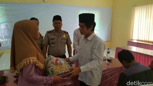 Tahanan menikah di kantor polisi.