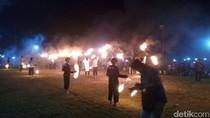 Main Bola Api dan Mandi Petasan ala Pesantren di Cirebon