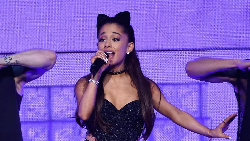 Ariana Grande Tunda Konsernya di Singapura?