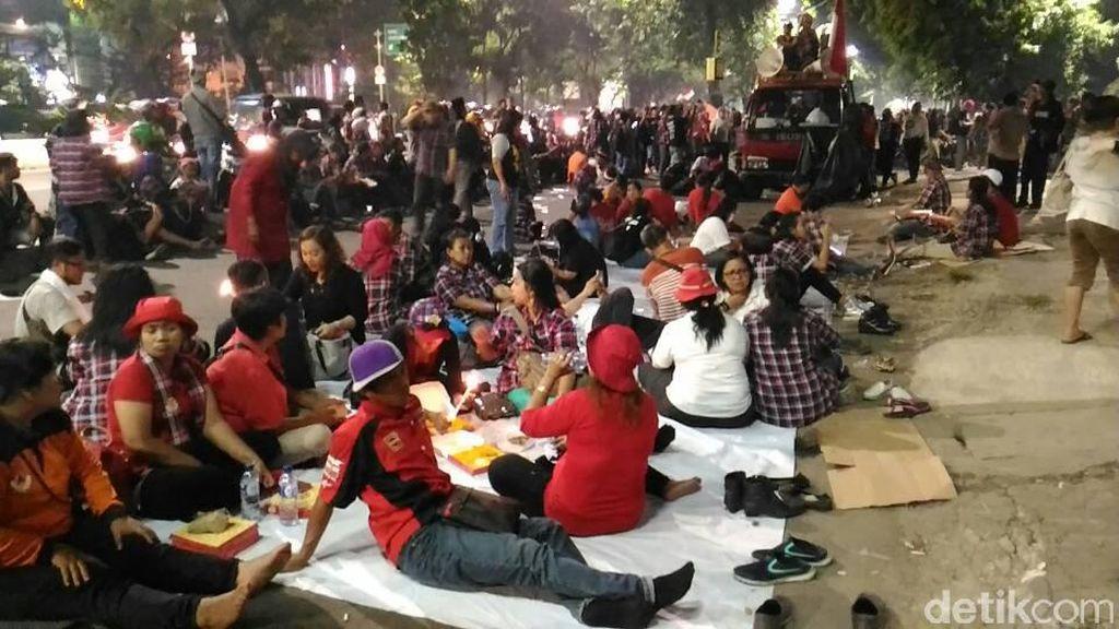 Gelar Tikar, Massa Pro-Ahok Bertahan di Pengadilan Tinggi DKI