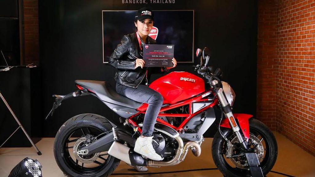 Mike Lewis dan Karina Salim Tunggangi Ducati Monster 797