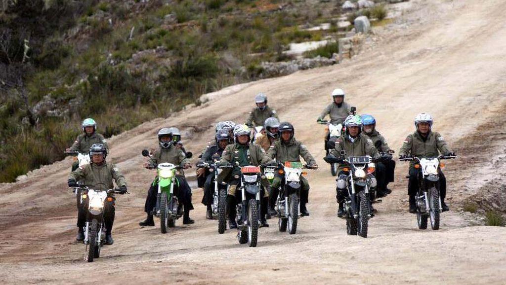 Susuri Jalan Trans Papua, Jokowi Konvoi Naik Trail