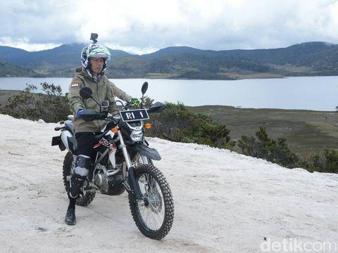 Naik Motor Trail, Ada Apa <i>Tuh</i> di Helm Jokowi?