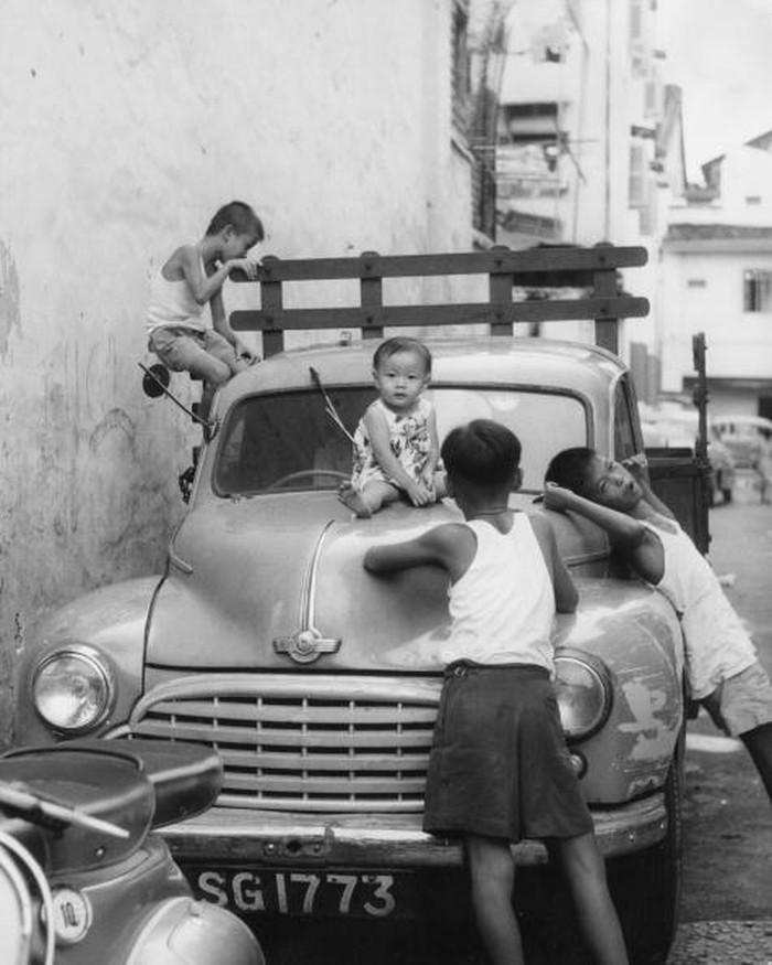 Anak-anak Singapura bermain di tahun 1962. Pada masa ini, Singapura masih bergabung dengan Federasi Malaysia. Foto: Getty Images