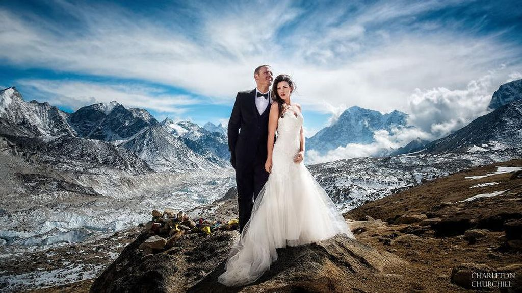 Nekat, Pasangan ini Menikah di Everest