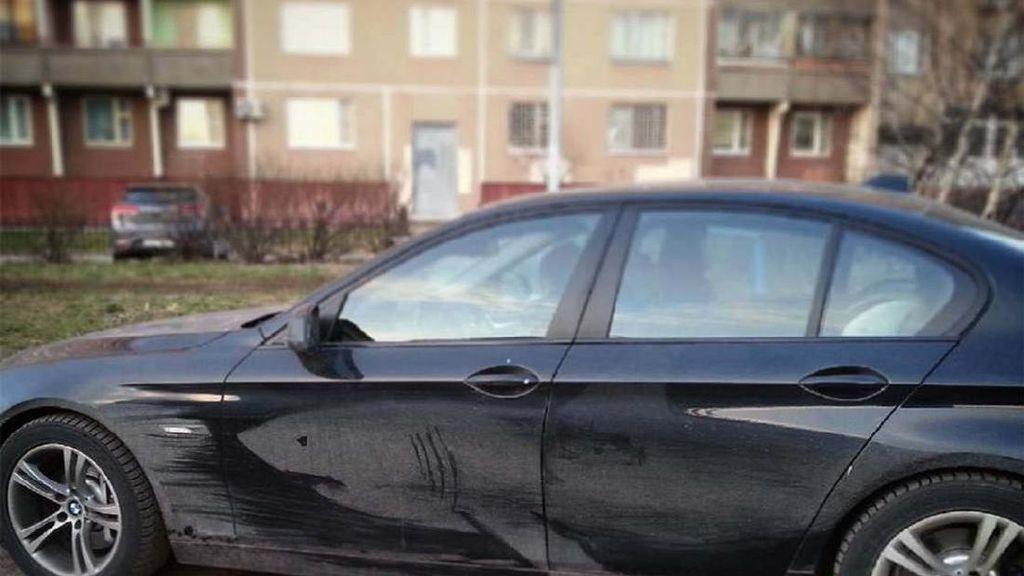 Karya Seni di Mobil Berdebu
