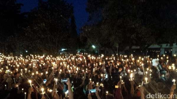 Massa Nyalakan Lilin di Lapangan Renon Bali untuk Ahok