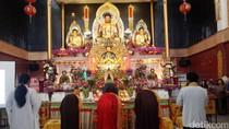 Umat Buddha Rayakan Waisak di Vihara Avalokitesvara