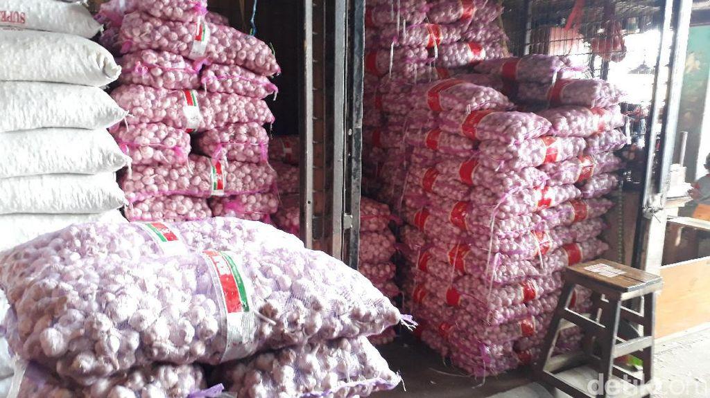Bawang Putih di Pasar Induk Kurang, Pedagang: di China Belum Panen