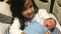 Lucunya Mikhayla Bakrie Bersama Adik Bayi