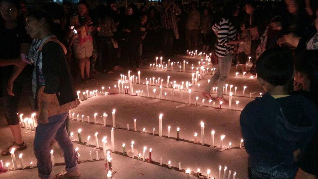 Warga Parapat Gelar Aksi 1.000 Lilin untuk Ahok di Danau Toba