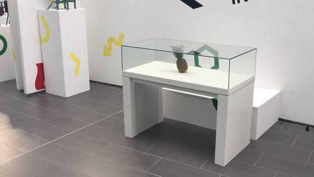 Buah nanas diletakkan di sebuah pameran sebagai karya seni