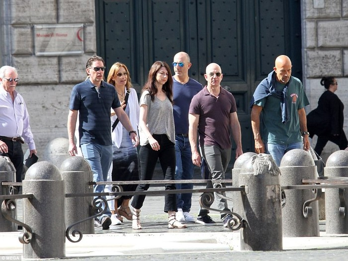 Jeff Bezos dan keluarga liburan di Italia. Foto: Mega
