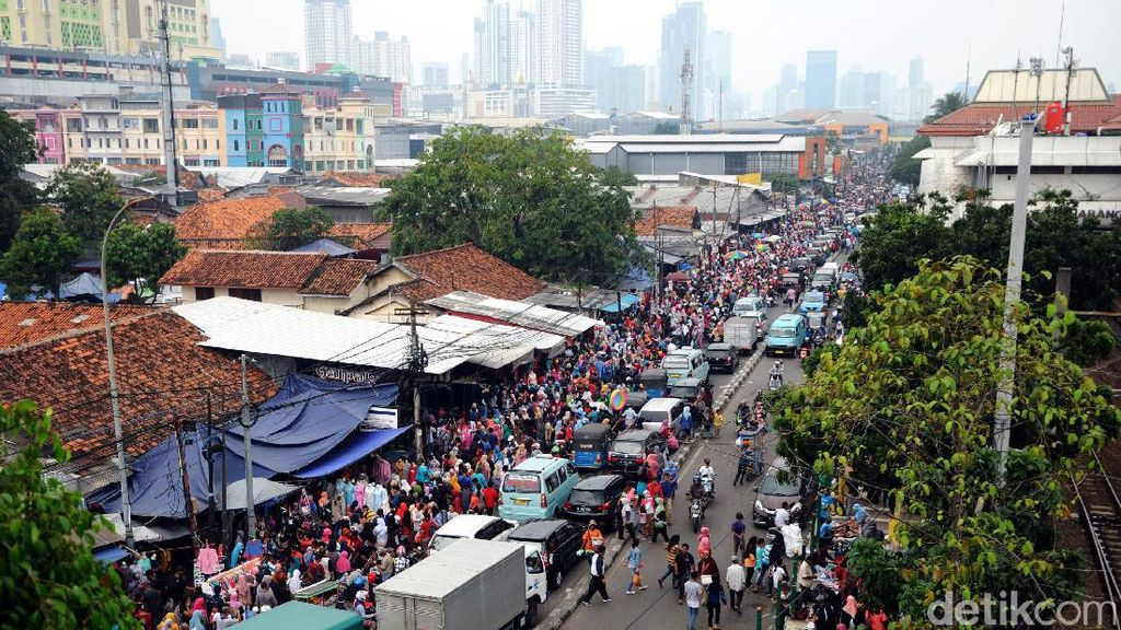 Jualan di Trotoar, PKL Tanah Abang: Untung Dua Kali Lipat