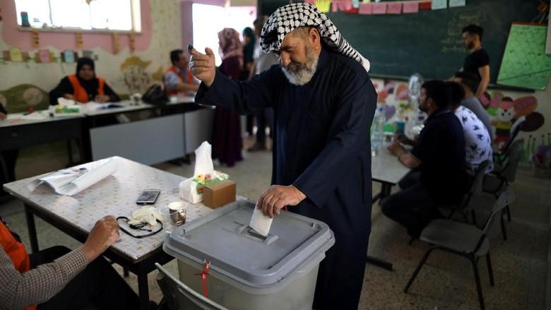 Warga Palestina Gelar Pemilu Lokal - Tepi Barat Warga Palestina mengikuti pemilihan umum untuk memilih anggota dewan kota Tepi Pemilu ini merupakan praktik demokrasi