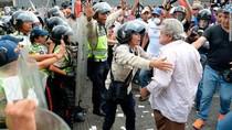 Para Lansia Bentrok dengan Polisi Saat Demo di Venezuela
