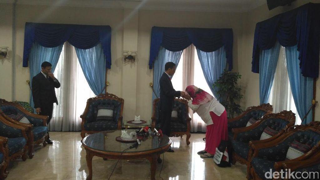 Tangisan Ibu Penjual Susu Kedelai Saat Bertemu Presiden Jokowi