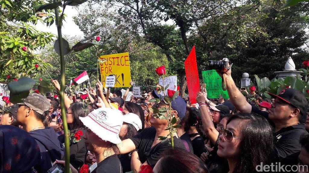 Massa Pro-Ahok Memulai Aksi dengan Acungkan Mawar di Balai Kota