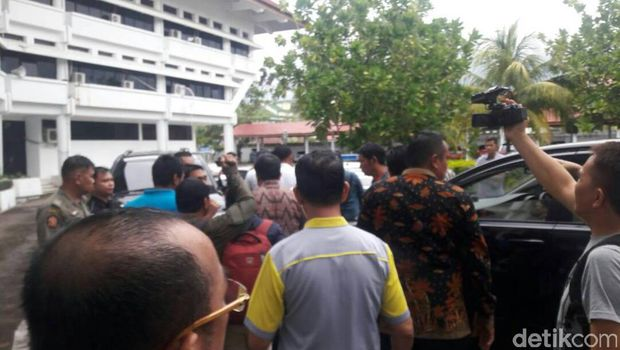 Massa menolak kedatangan Fahri Hamzah di Manado.