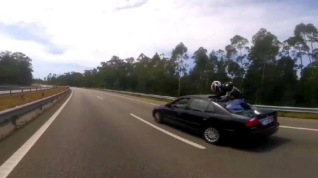 Moge Kecelakaan, si Pengendara Melompat ke Atas Mobil
