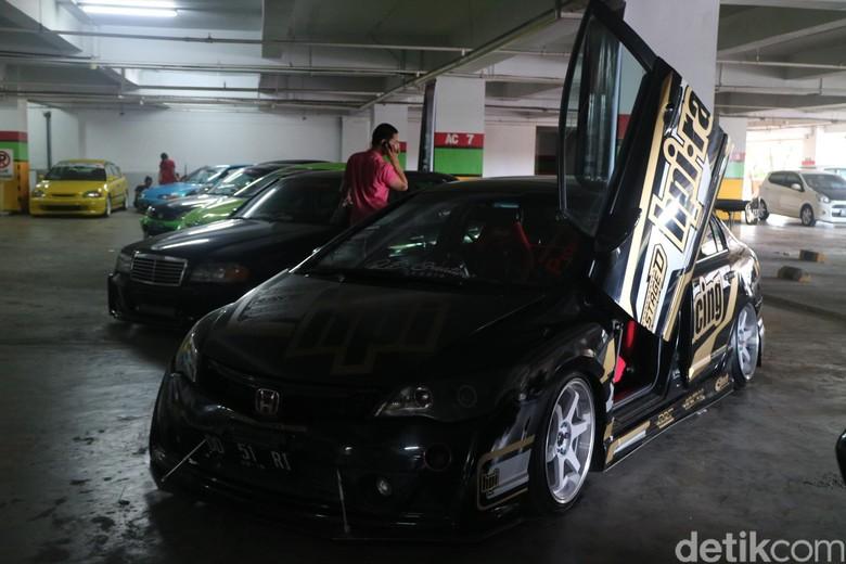 Puluhan Mobil Modifikasi Ramaikan Makassar