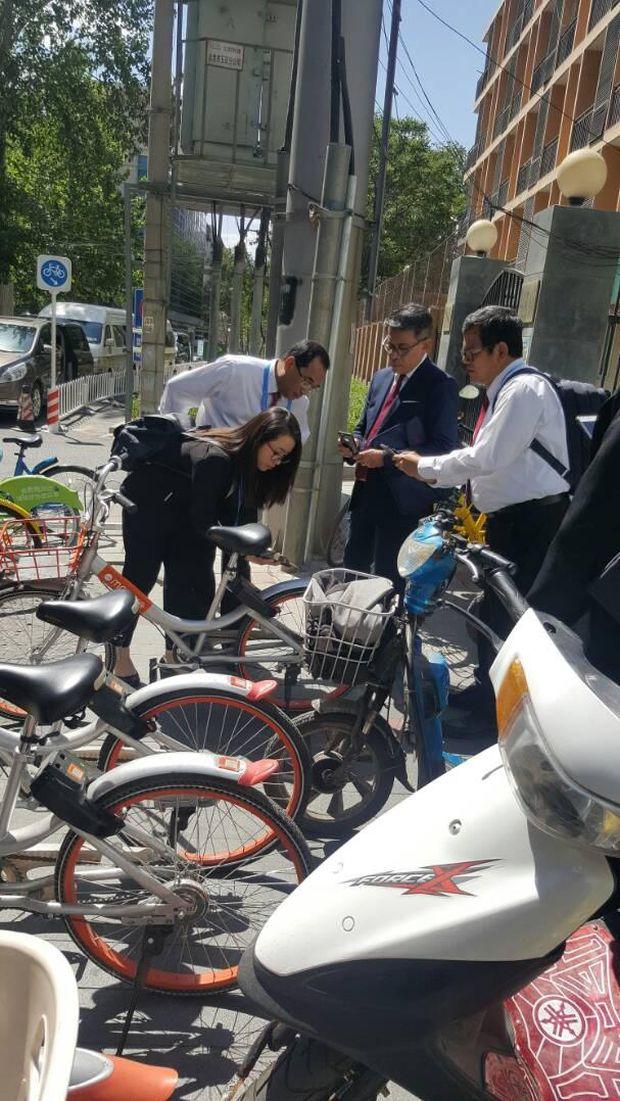 Menhub Budi Karya Sumadi mencoba bike sharing di China.
