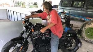 Pria Berpakaian Lusuh Beli Harley-Davidson Tunai