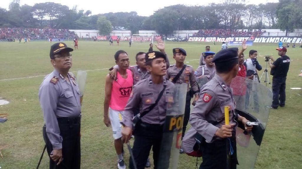 Pertandingan PSMP vs Kalteng Putra Diwarnai Kericuhan Antarpemain
