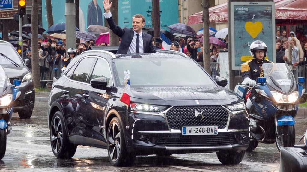 Aksi Emmanuel Macron dengan Mobil Kepresidenan