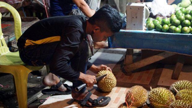 Pedagang siap untuk membantu traveler memilih durian (Wahyu/detikTravel)