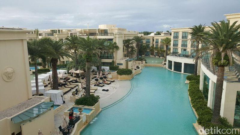 Palazzo Versace adalah sebuah hotel paling mewah di Australia yang berada di Main Beach, Gold Coast. Hotel ini dirancang langsung oleh Versace. Harga kamarnya mulai dari Rp 4,9 juta-29,6 juta per malam (Fitraya/detikTravel)