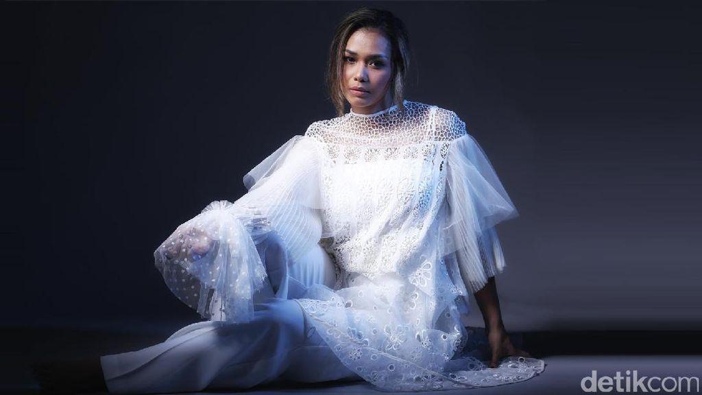 Serunya Menyimak Fakta Menarik Adinia Wirasti Celeb of the Month