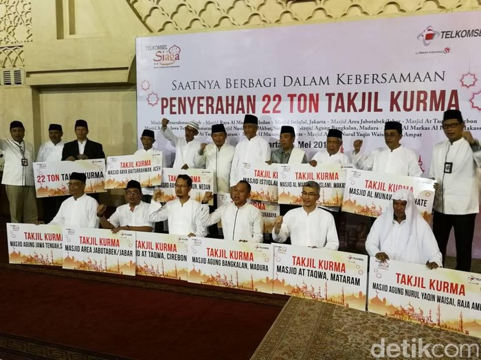 Penyerahan simbolis 22 ton kurma. Foto: detikINET/Muhammad Alif Goenawan