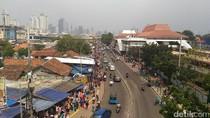 Satpol PP Berjaga, PKL Tak Lagi Jualan di Trotoar Tanah Abang