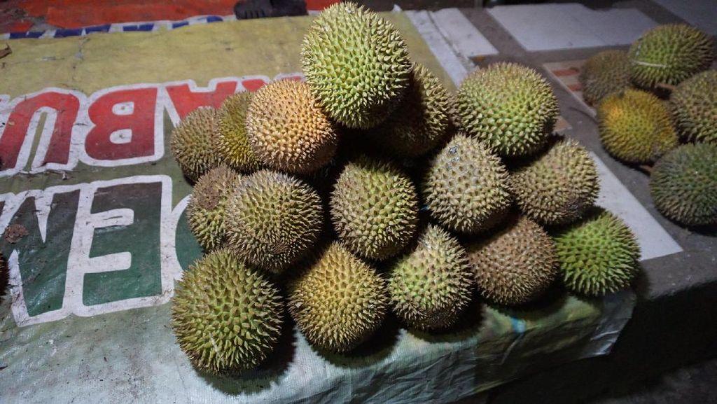 Wisata Malam di Pohuwato, Belah Durian Yuk!
