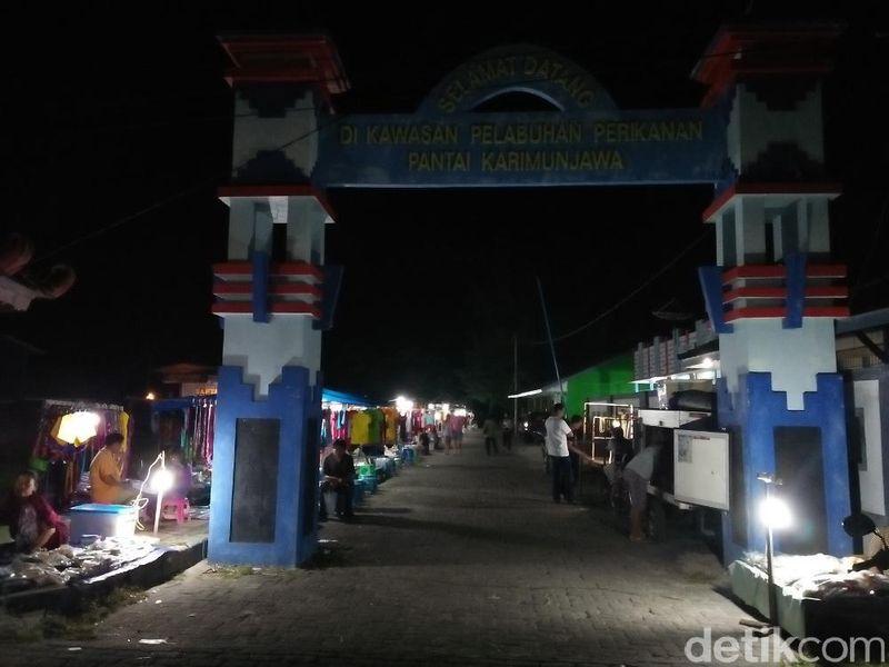 Begitu malam tiba, ada satu spot yang jadi tempat berkumpulnya masyarakat dan wisatawan, alon-alon. Alon-alon atau alun-alun karimunjawa berada persis di sebelah Pelabuhan (Bonauli/detikTravel)