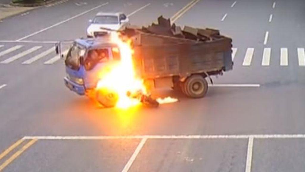 Pemotor Ini Selamat Usai Tabrak Truk dan Terbakar