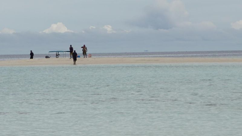 Pasir Timbul terletak di area Barat Laut Pulau Waigeo. Menurut guide setempat, Husein Kelderak (39), masyarakat yang datang ke lokasi ini hanya lewat saja, selain itu mereka akan datang saat akan mancing di pinggir-pinggirnya (Masaul/detikTravel)
