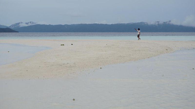 Pasir Timbul ini terletak di Pulau Kri, Kabupaten Raja Ampat. Sekitar 10 tahun yang lalu, destinasi wisata ini hanya dipandang sebelah mata karena hanya berupa pasir yang muncul ke permukaan air laut saja (Masaul/detikTravel)