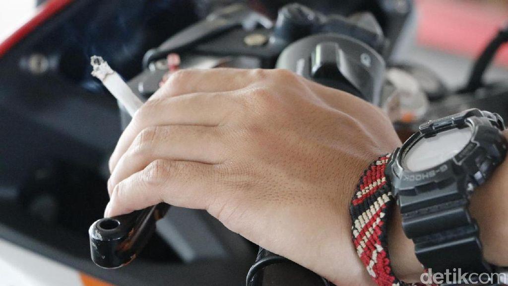 Berbagai Alasan Orang Merokok Saat Berkendara