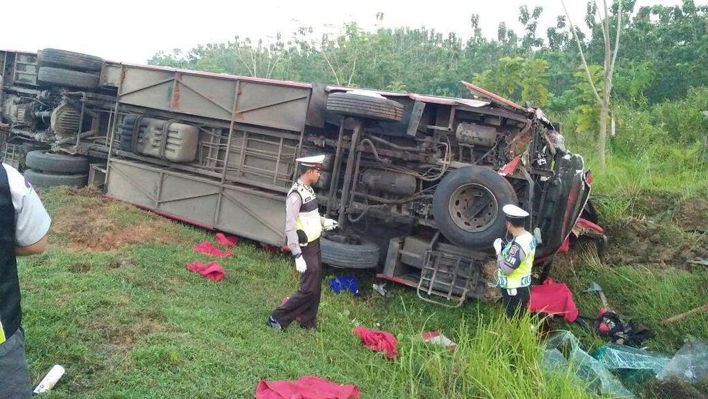 Bus Terbakar Usai Tabrak Truk di Cipali, 1 Orang Tewas