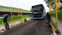 Pembuatan Pintu Pagar TransJ Koridor 13 Rute Ciledug-Tendean