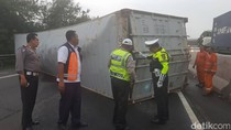 Truk Container Terguling Lalu Terbakar di Tol Purbaleunyi