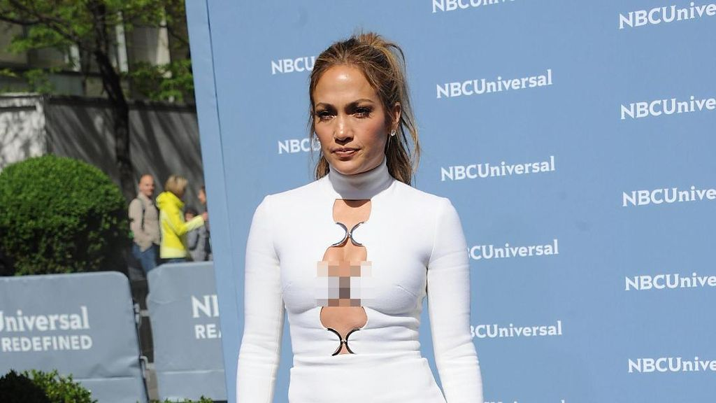 Gaya Kasual Jennifer Lopez Ini Seharga Rp 57 Jutaan