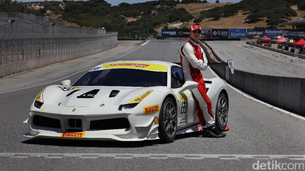 Michael Fassbender Balapan dengan Ferrari