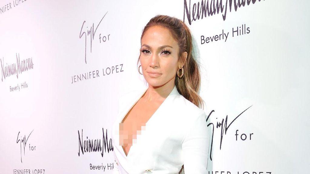 Jennifer Lopez Tiru Kendall Jenner Pakai Gaun Belahan Super Tinggi