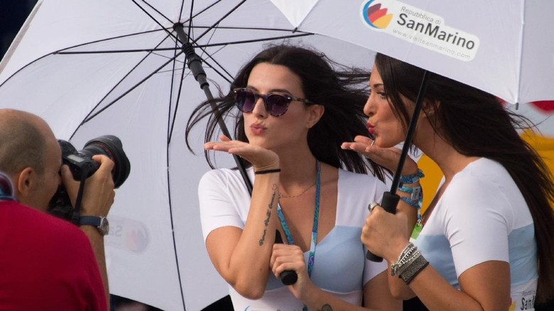Gadis Payung Nan Seksi di MotoGP, Perlukah?