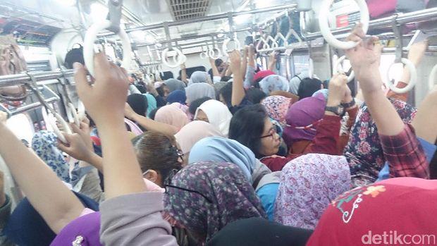 Kepadatan penumpang di gerbong wanita